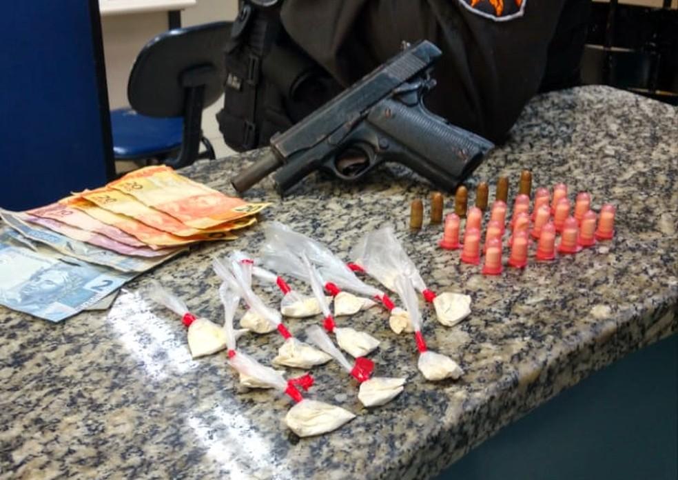 Drogas foram apreendidas com suspeitos em Barra Mansa — Foto: Divulgação/Polícia Militar