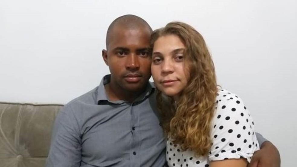 Walcir e a esposa Queila; ele trabalhava em uma empresa tercerizada da Vale no momento do rompimento da barragem e conseguiu fugir. — Foto: BBC NEWS BRASIL/AMANDA ROSSI