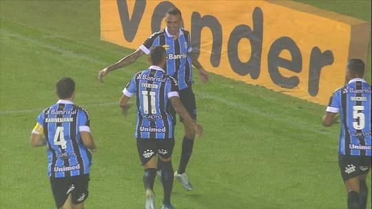 Galhardo cobra falta na barreira, mas Luan pega a sobra e abre o placar para o Grêmio; assista