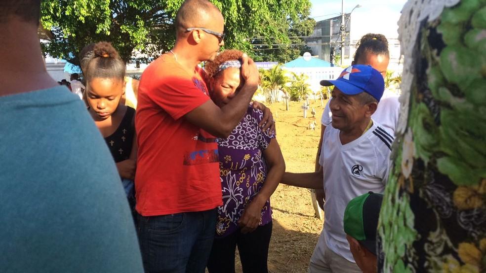 Dona Iara, mãe das vítimas do desabamento em Pituaçu, é amparada durante enterro dos filhos (Foto: Maiana Belo/ G1)