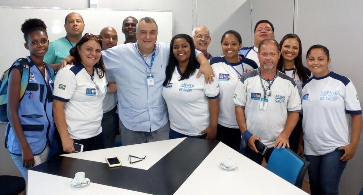O secretário Carlos Eduardo posa com agentes comunitários, após reunião que cobrou pagamento dos atrasados