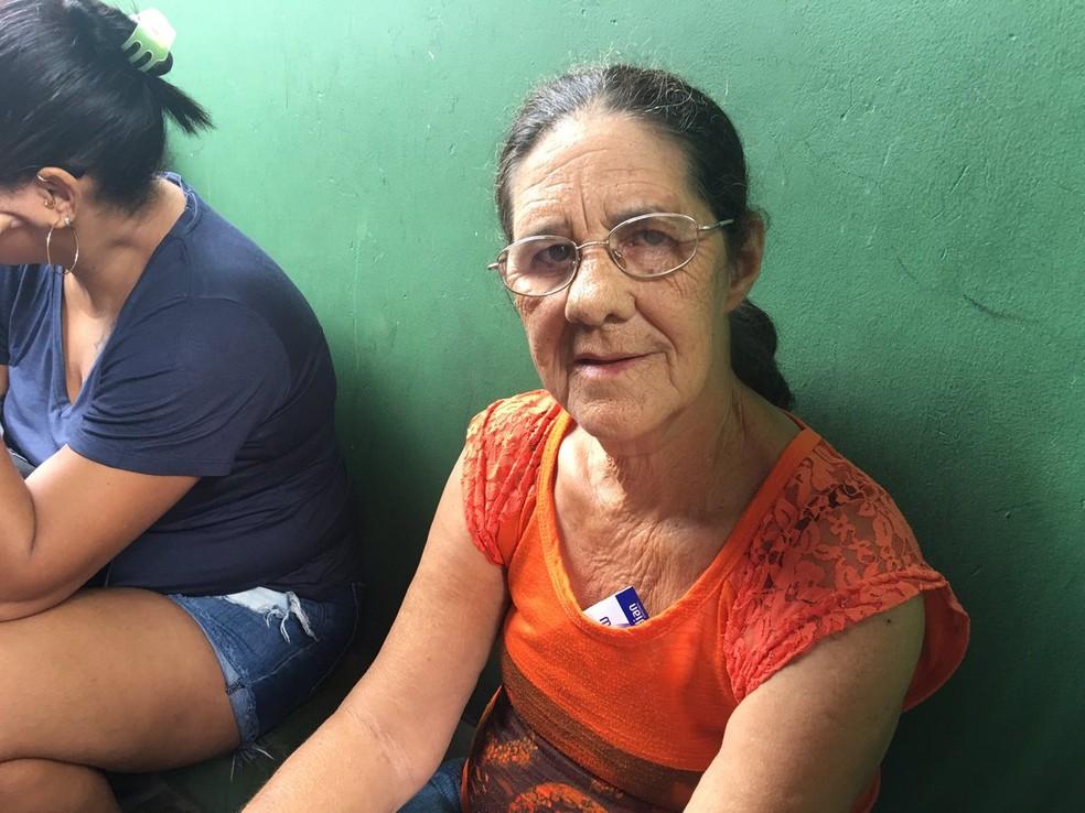 Lívia Regina, 68 anos, foi a primeira a chegar no Colégio Luiz Vianna para votar — Foto: Alan Tiago Alves/G1