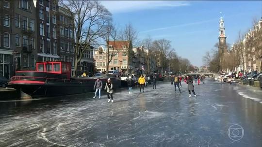Onda de frio transforma canais de Amsterdã em pistas de patinação