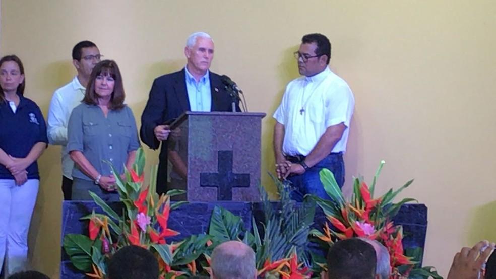 Diversas famílias, além de representantes da igreja acompanham o pronunciamento (Foto: Camila Henriques/G1 AM)