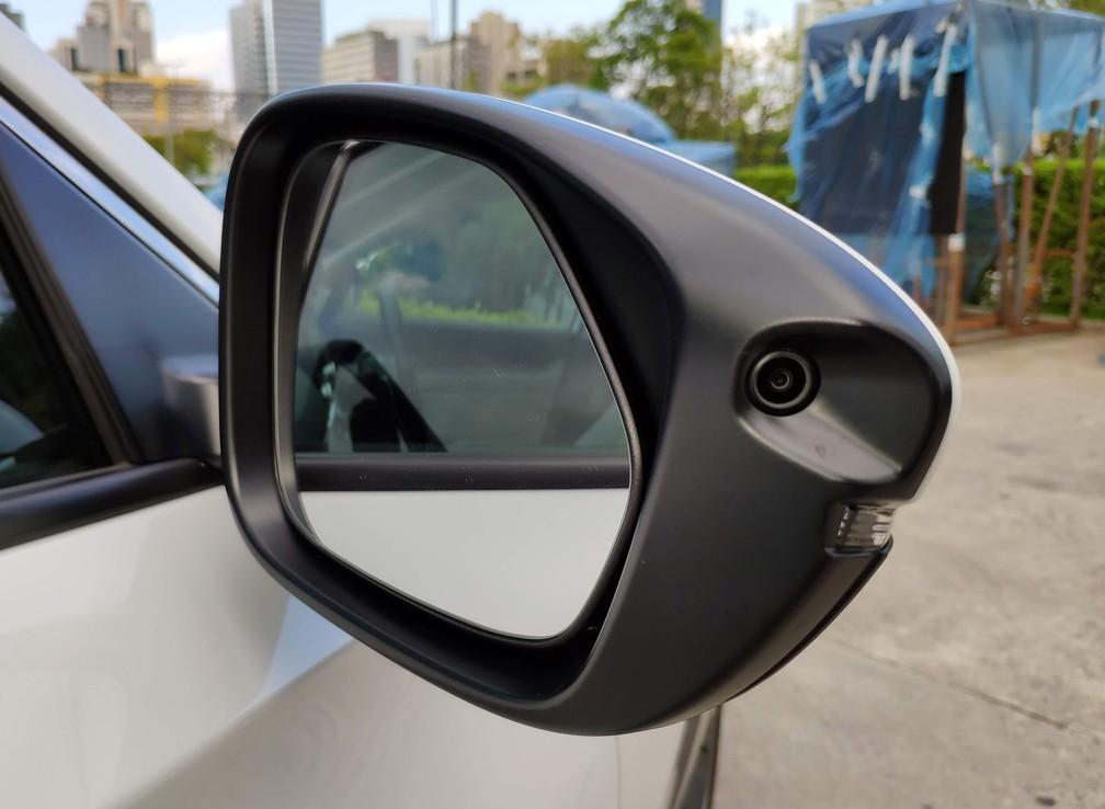 Retrovisor com câmera do Honda Accord — Foto: André Paixão/G1