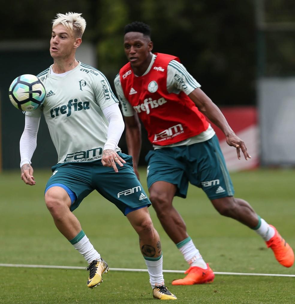 Mina (dir.) vem treinando com bola e pode voltar a ser opção no Dérbi (Foto: Ag. Palmeiras/ Divulgação)