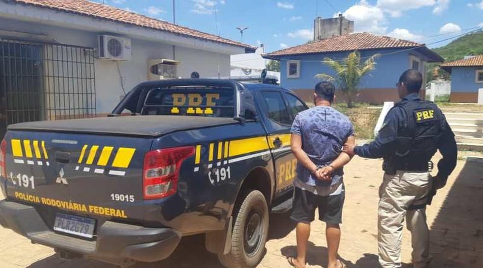 Segundo PRF, homem, que tem 35 anos, foi preso quando passava pelo Km-800 da BR-242, na noite de segunda-feira (23).  — Foto: Polícia Rodoviária Federal (PRF)