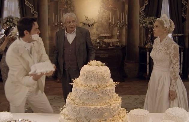 A novela teve três guerras de bolo. Elas aconteceram no casamento de Sandra com o falso Candinho; no de Eponina com Inácio (Mauro Mendonça); e no da loura com o verdadeiro Candinho, que a abandonou no altar (Foto: TV Globo)