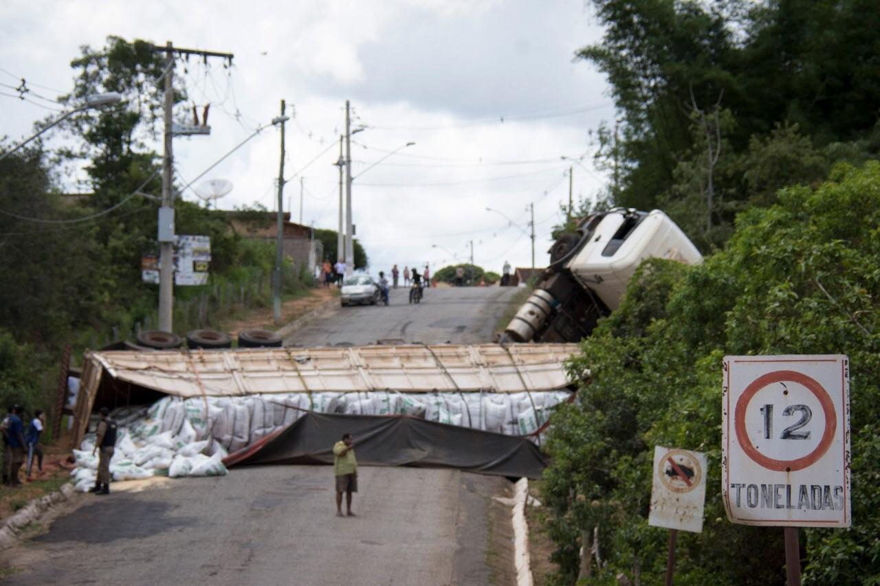 Avenida é liberada depois de ficar mais de 24 horas interditada em Oliveira