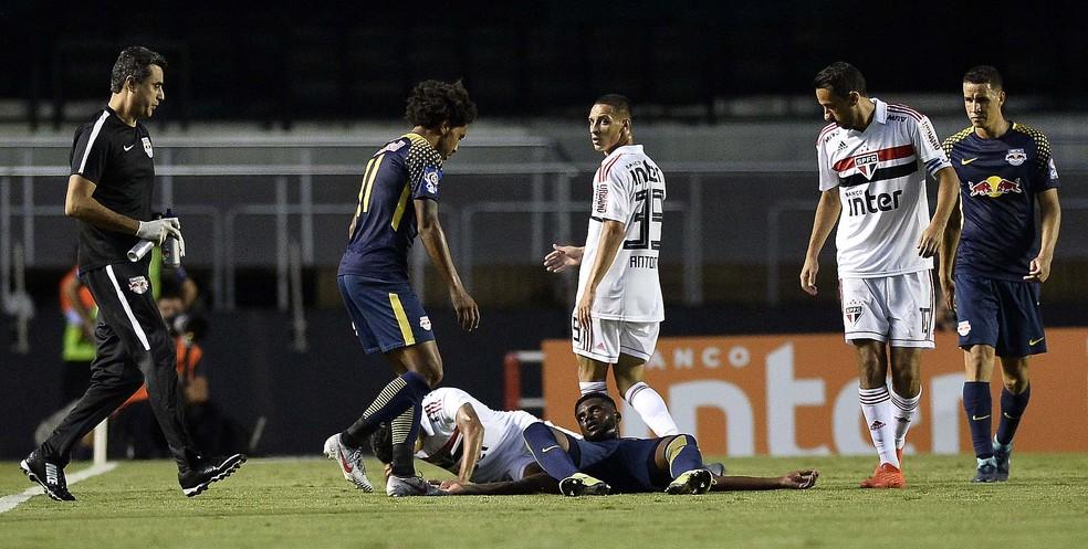 Rafael Carioca se chocou com Igor Vinícius, do São Paulo — Foto: Marcos Riboli