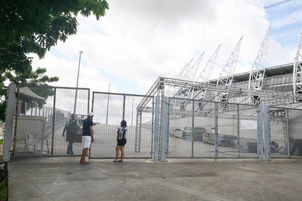 Torcedores se deparam com portões fechados na Arena Castelão, em Fortaleza — Foto: Camila Lima/SVM