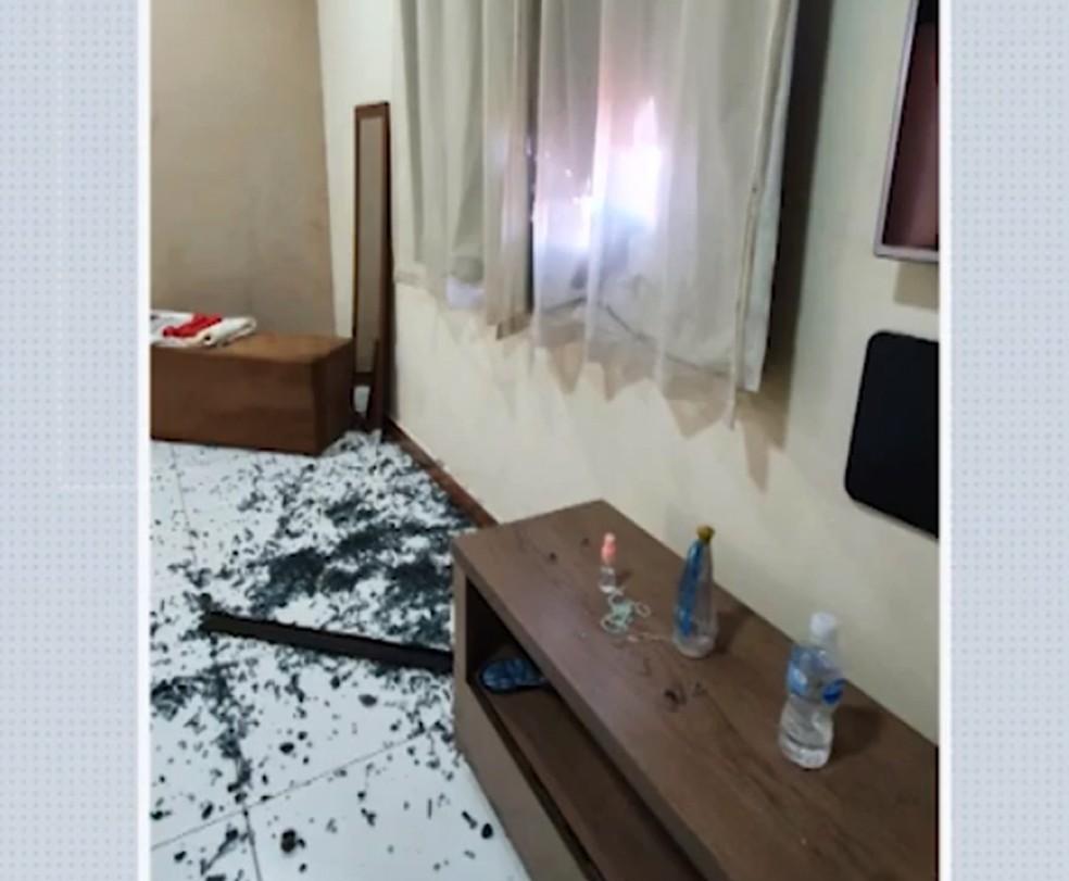 Casa do secretário de Saúde de Esplanada foi atingida por tiros — Foto: Reprodução/TV Bahia