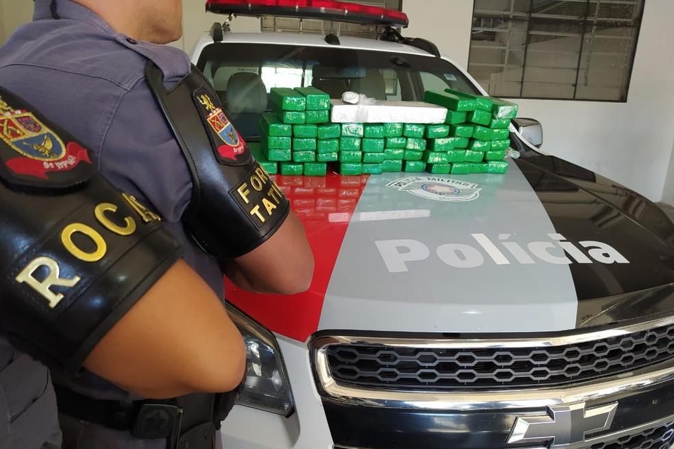 No porta-malas dos automóveis, foram encontrados cerca de 50 kg de maconha (Lins e Marília) — Foto: Polícia Militar/Divulgação