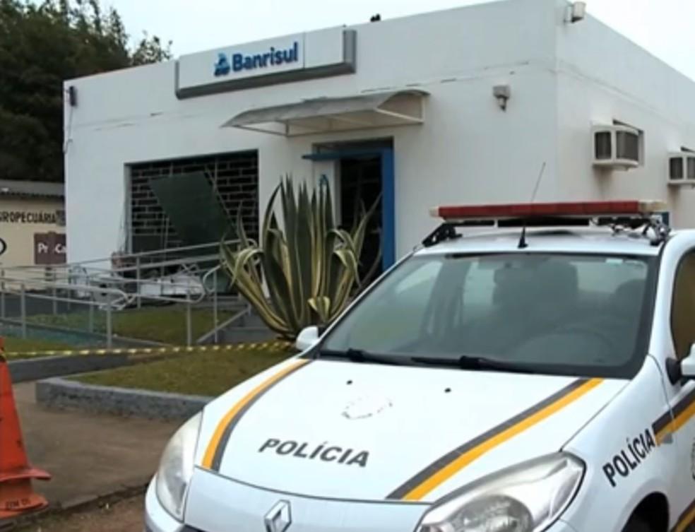 Agência bancária foi atacada com explosivos em Dilermando de Aguiar (Foto: Reprodução/RBS TV)