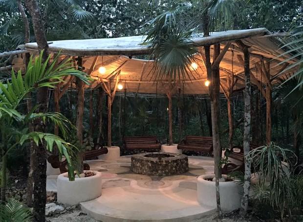 Diversas áreas de convivência são espalhadas pelo hotel, que é cercado pela natureza (Foto: Tulum Living/ Reprodução)