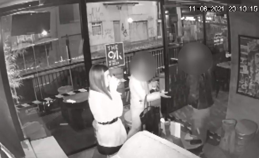 Vídeo mostra motorista bebendo em bar antes de batida que feriu motoboy em Curitiba, segundo a polícia — Foto: Reprodução/RPC