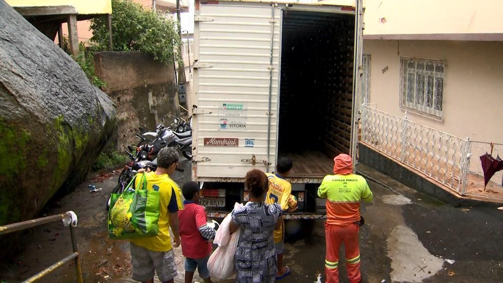 Moradores tiveram que deixar suas casas em Vitória — Foto: Fabrício Christ/ TV Gazeta