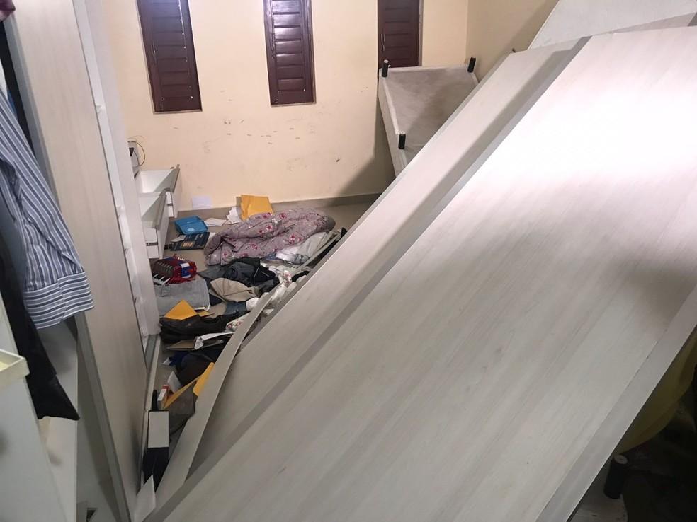 Casa de comerciante ficou revirada após assalto no município de Espirito Santo, RN (Foto: Kleber Teixeira/Inter TV Cabugi)
