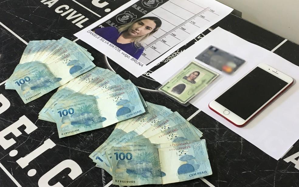 Policiais recuperaram parte do dinheiro sacado e pertences de Daniele Matos (Foto: Paula Resende/ G1)