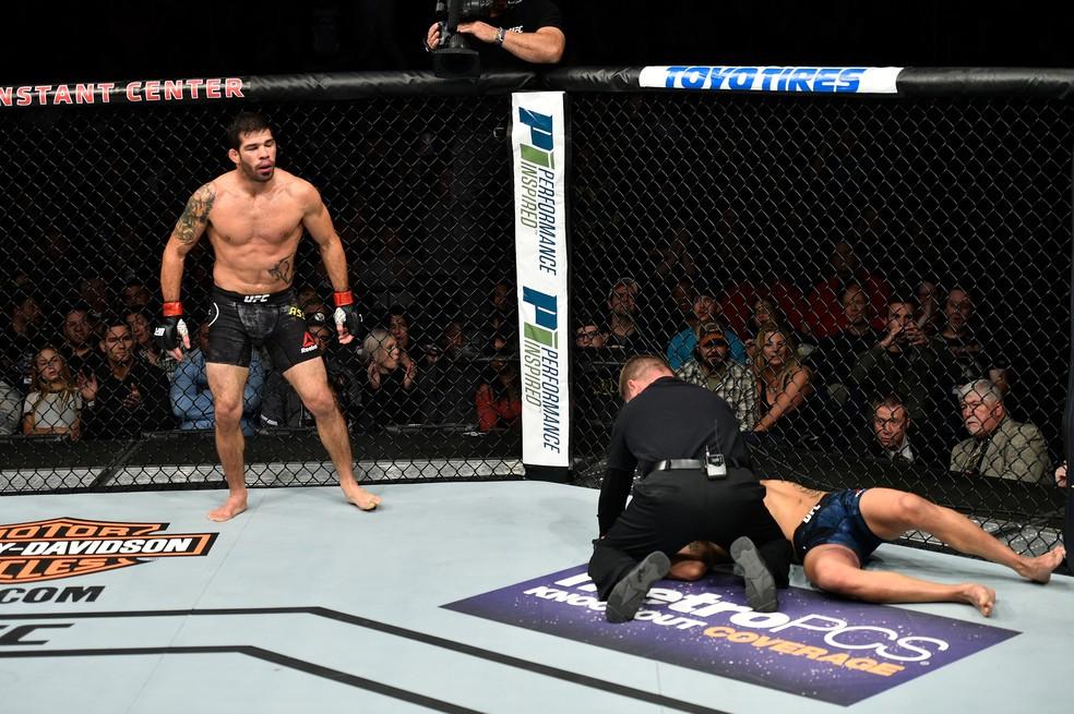 Raphael Assunção apagou Matthew Lopez com um cruzado de direita no terceiro round (Foto: Getty Images)