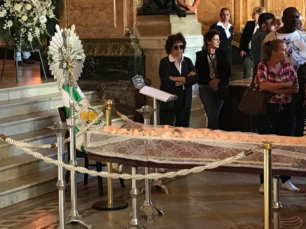 Uma bandeira da Acadêmicos de Santa Cruz foi colocada ao lado do caixão de Ruth. A escola homenageou a atriz este ano — Foto: Fernanda Rouvenat/G1