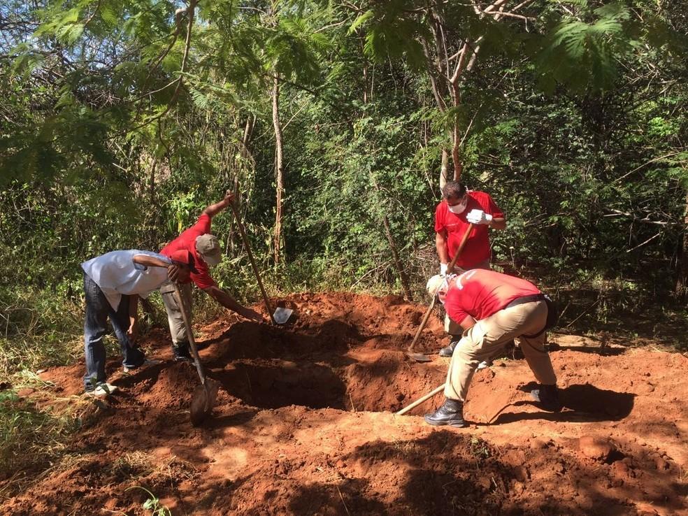 Policiais acharam dois cadáveres em sítio onde eram praticados e pocuram outros dois; vítimas são de pessoas que estavam desaparecidas na cidade de Iguatu (Foto: Arquivo/Polícia Civil)