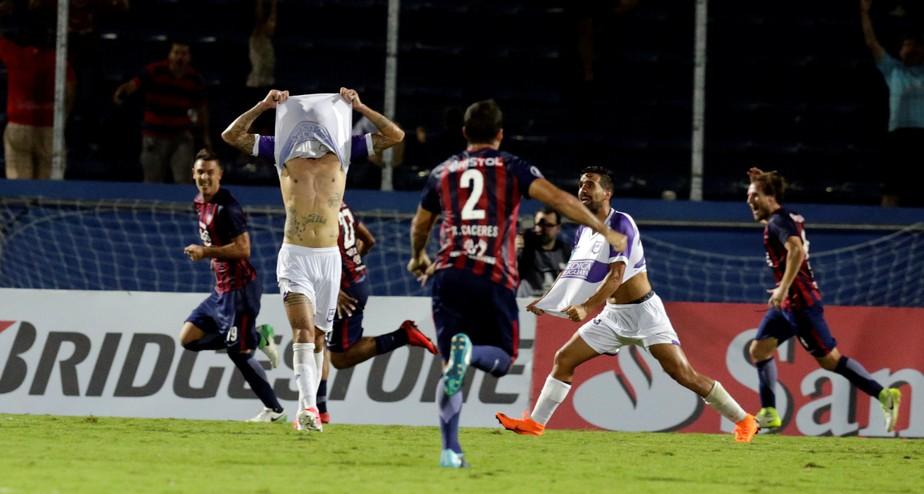 Com gol polêmico no fim, Cerro vence Defensor e segue 100% no grupo do Grêmio