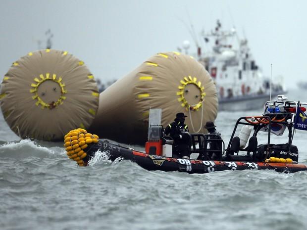 Equipes de resgate trabalham nas buscas de sobreviventes ao naufrágio na Coreia do Sul (Foto: Issei Kato/Reuters)