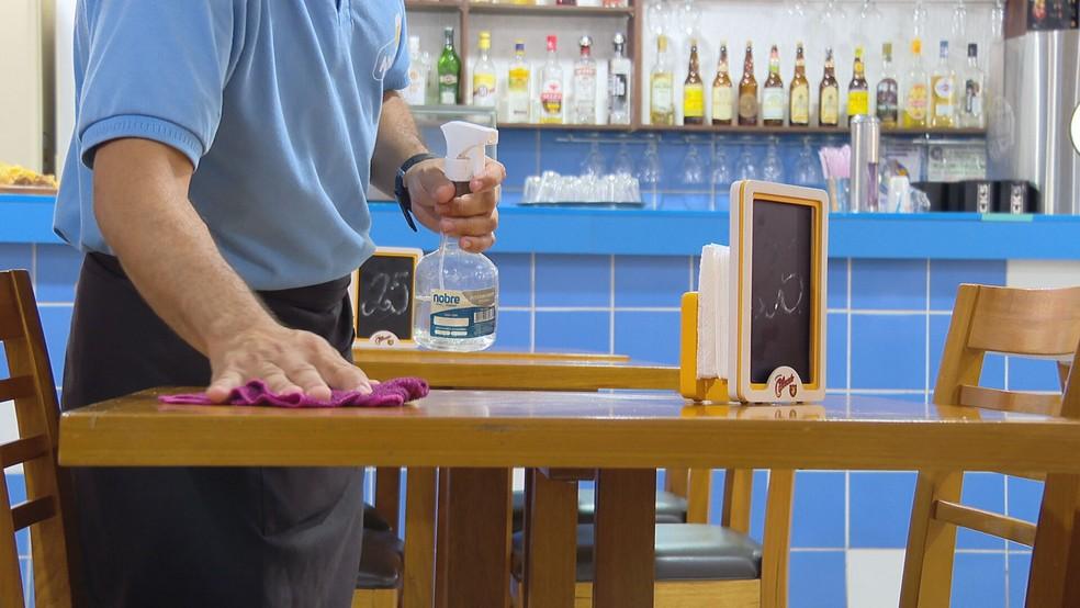 Bar no Distrito Federal se prepara para receber clientes com higienização das mesas. — Foto: TV Globo/Reprodução