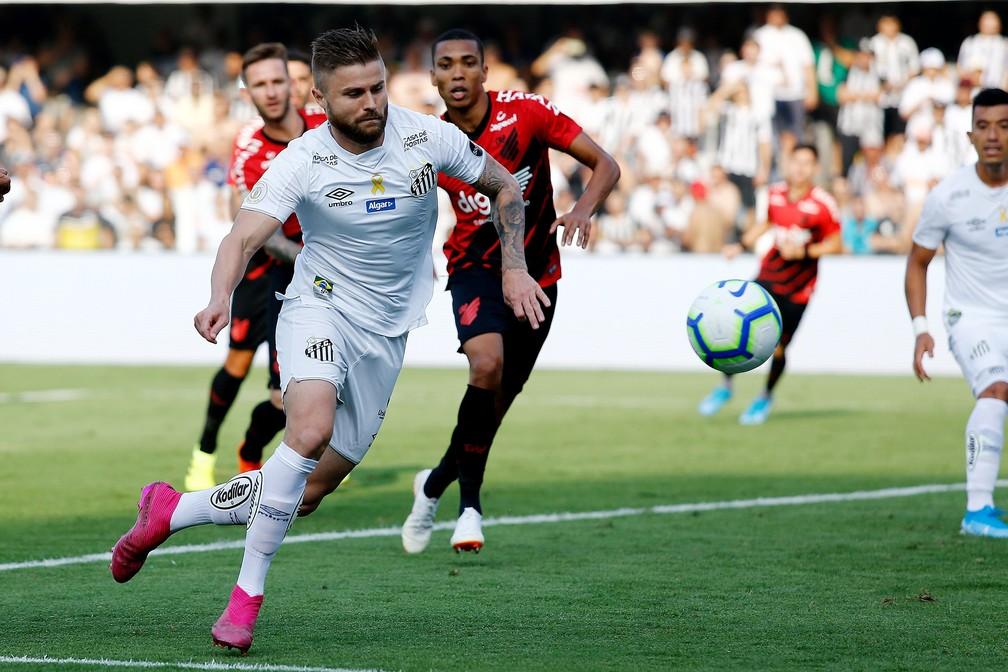 Eduardo Sasha jogou como ponta na partida diante do Athletico-PR — Foto: Luis Moura/Estadão Conteúdo