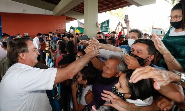 (São Simão - GO, 04/03/2021) Presidente da República Jair Bolsonaro, recebe os cumprimentos de populares.
