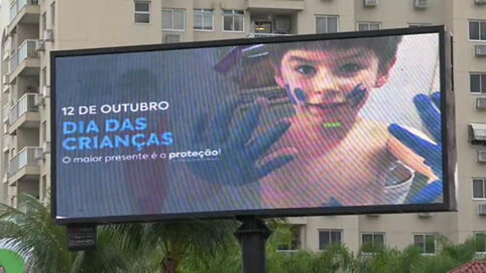 Leniel Borel deixou mensagens em outdoors lembrando o filho Henry — Foto: Betinho Casas Novas/TV Globo