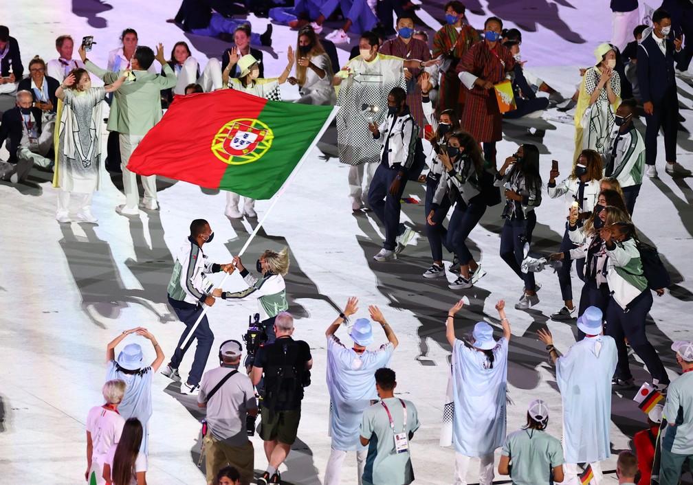 Telma Monteiro e Nelson Evora levam a bandeira de Portugal durante a cerimônia de abertura dos Jogos Olímpicos de Tóquio, no Japão  — Foto: Marko Djurica/Reuters