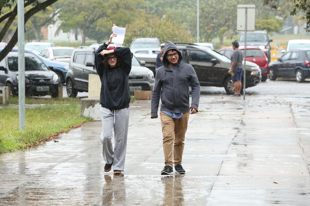 Alunos chegam debaixo de chuva para as provas da segunda fase da Fuvest 2018 (Foto: Celso Tavares/ G1)