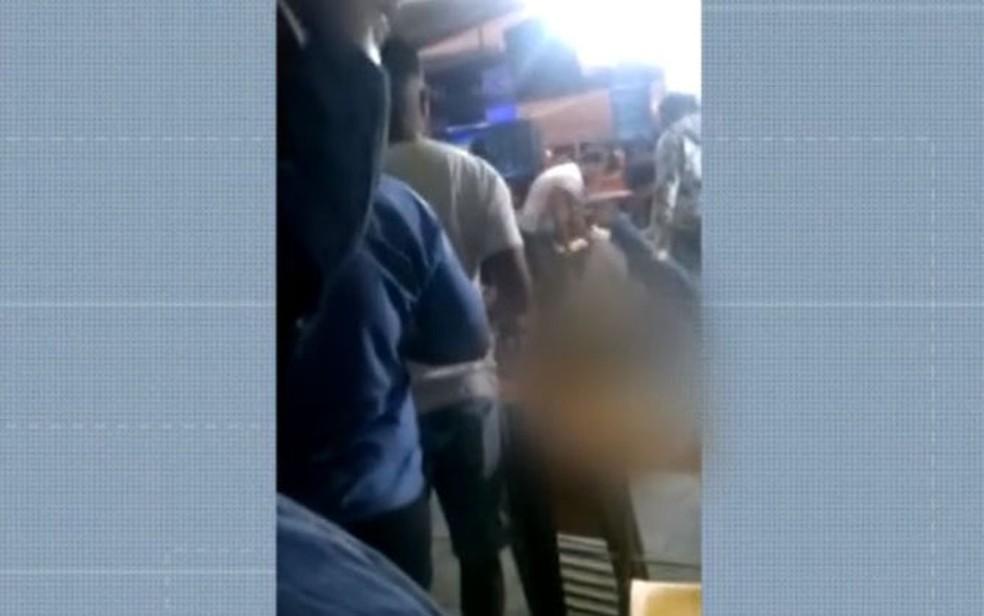 Homem é morto a tiros em bar no bairro do Imbuí, em Salvador — Foto: Reprodução/TV Bahia