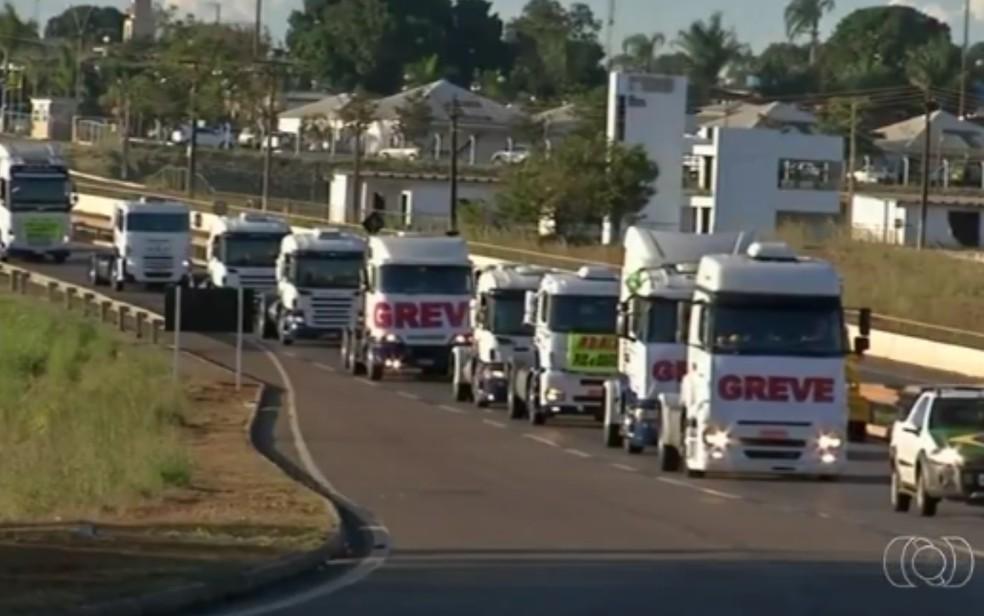 Caminhoneiros em greve (Foto: Reprodução / TV Anhanguera)