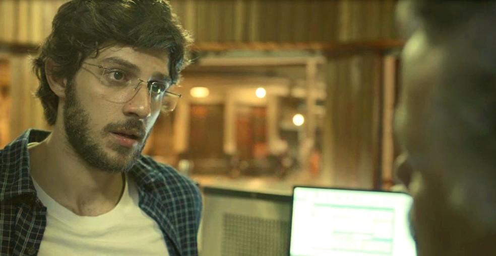 Danilo (Chay Suede) pede demissão do Bar do Seu Nuno (Rodolfo Vaz) em 'Amor de Mãe' — Foto: Globo