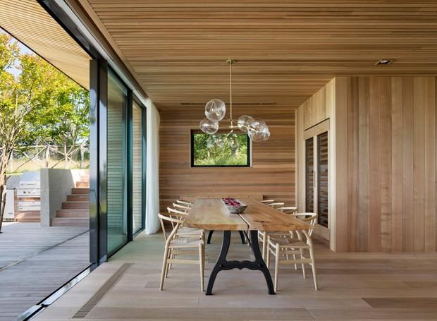 Móveis de madeira harmonizam o ambiente (Foto: Michael Moran/ Reprodução)
