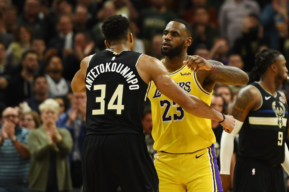 Giannis Antetokounmpo e LeBron James, de Bucks e Lakers, se abraçam na NBA — Foto: Stacy Revere/Getty Images
