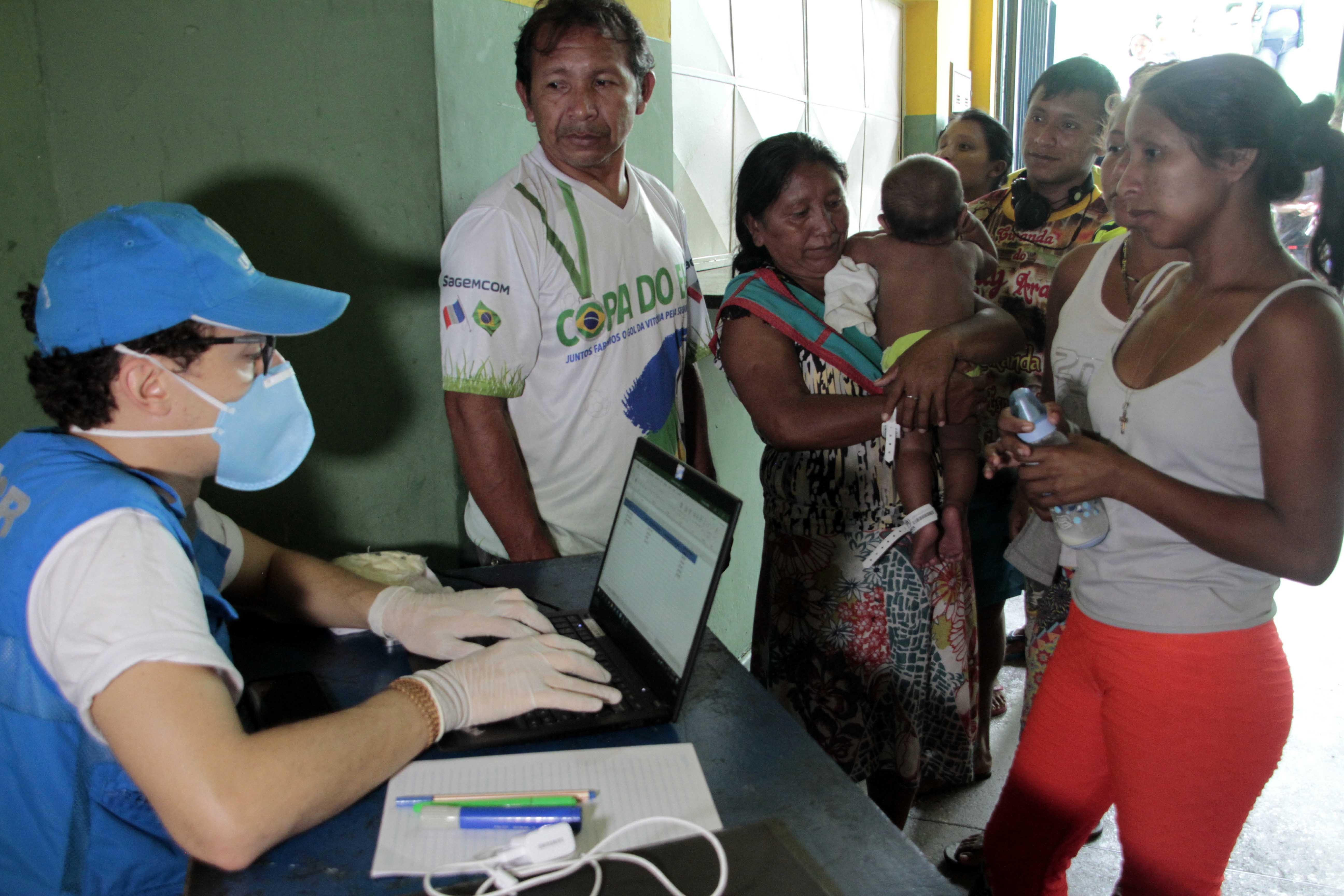 Indígenas venezuelanos são transferidos para espaço provisório em prevenção ao coronavírus, em Manaus
