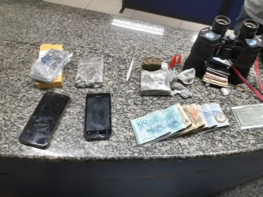 Trio é preso por tráfico e mais de R$ 3,8 mil são apreendidos no bairro Cantagalo, em Três Rios - Radio Evangelho Gospel