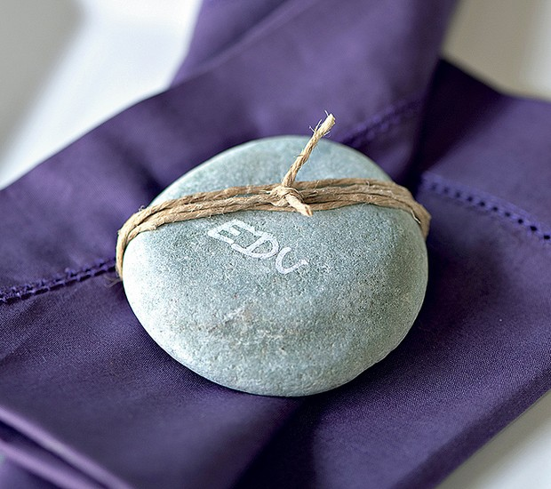 Na pedra, a marcação de lugar ganha um ar zen. Aqui, foi usada uma caneta de tinta permanente (Foto: Foto Iara Venanzi | Realização Cláudia Pixu e Marcia Miler | Produção Henrique Morais)