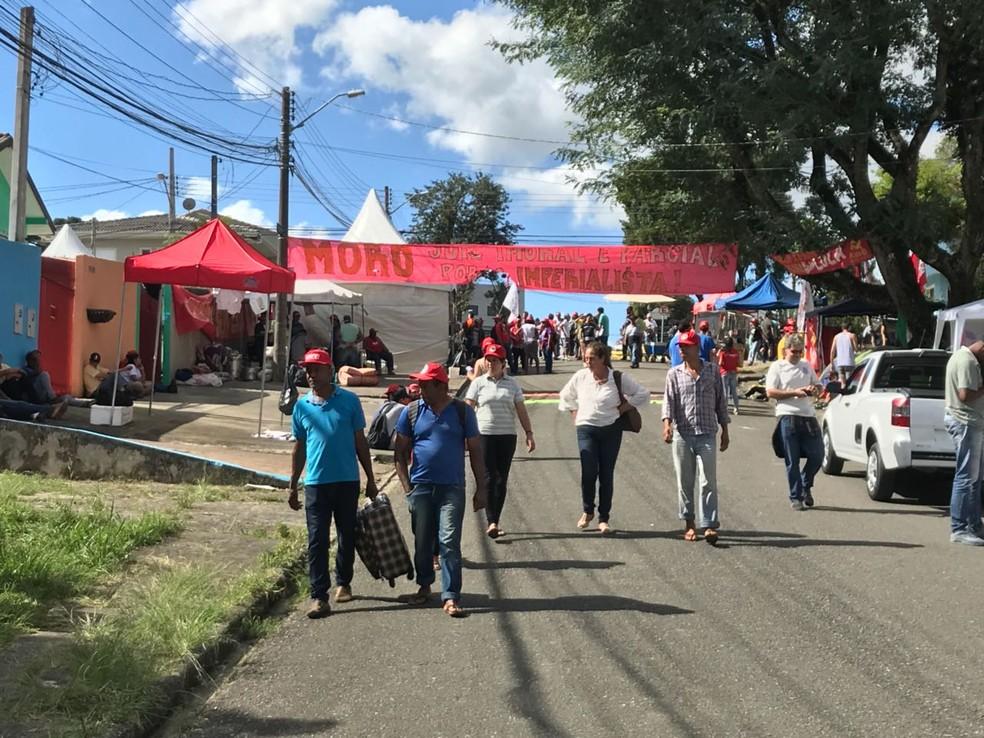 Desde a chegada do ex-presidente, cerca de 500 pessoas acampam na vizinhança da PF (Foto: Anderson Grossl/RPC)