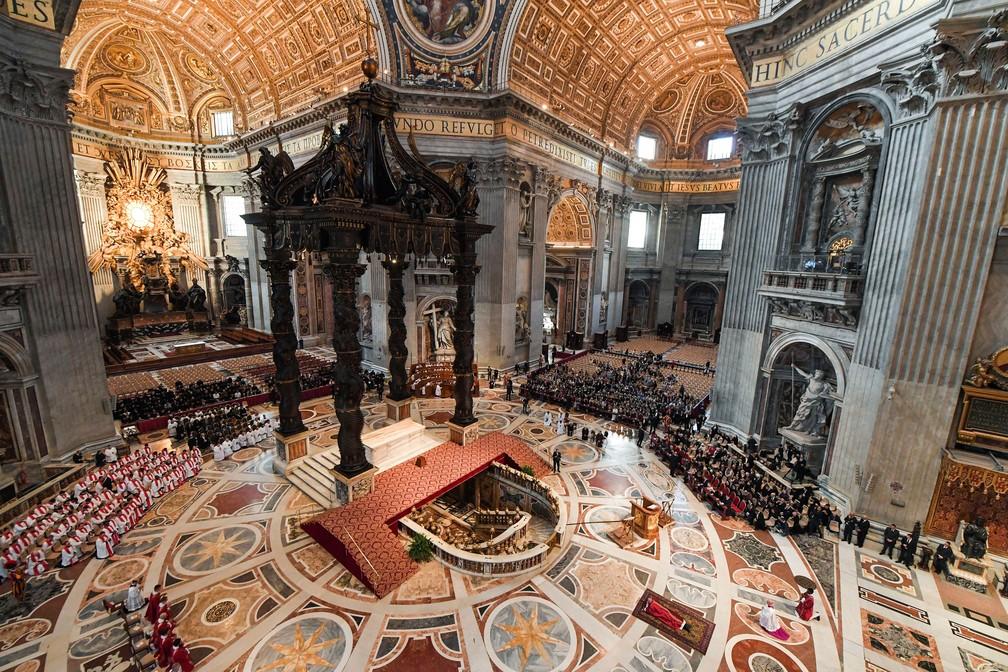 Papa Francisco participa de cerimônia que relembra a Paixão e Morte de Jesus Cristo, na Basílica de São Pedro, nesta sexta-feira (19) — Foto: Tiziana Fabi/ AP