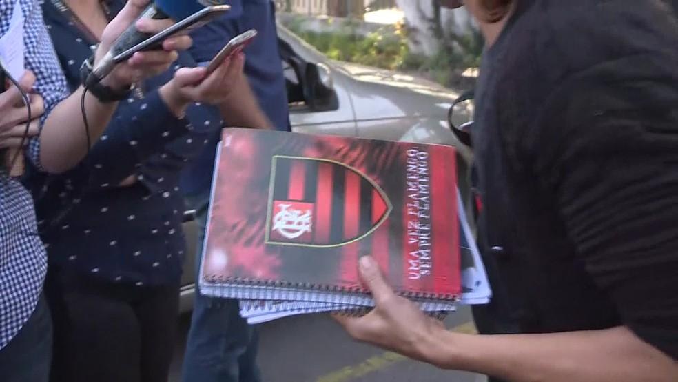 Mãe exibe conteúdo da mochila de Marcos Vinícius, de 14 anos, morto na Maré na quarta-feira (20) (Foto: Reprodução/ GloboNews)