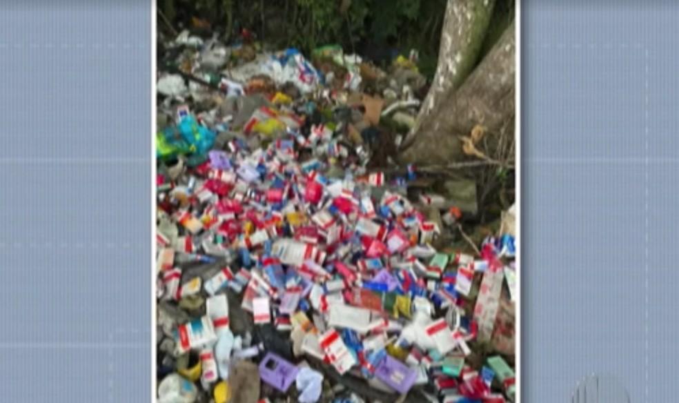 Embalagens estavam no acostamento da Estrada Municipal Miguel Quelucci — Foto: Reprodução/TV Diário