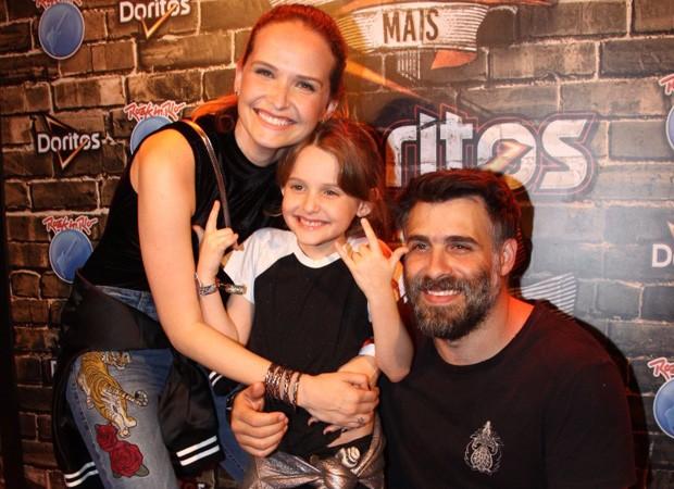 Raoni Carneiro, Fernanda Rodrigues e a filha do casal, Luisa (Foto: Roberto Valverde/Ed. Globo)