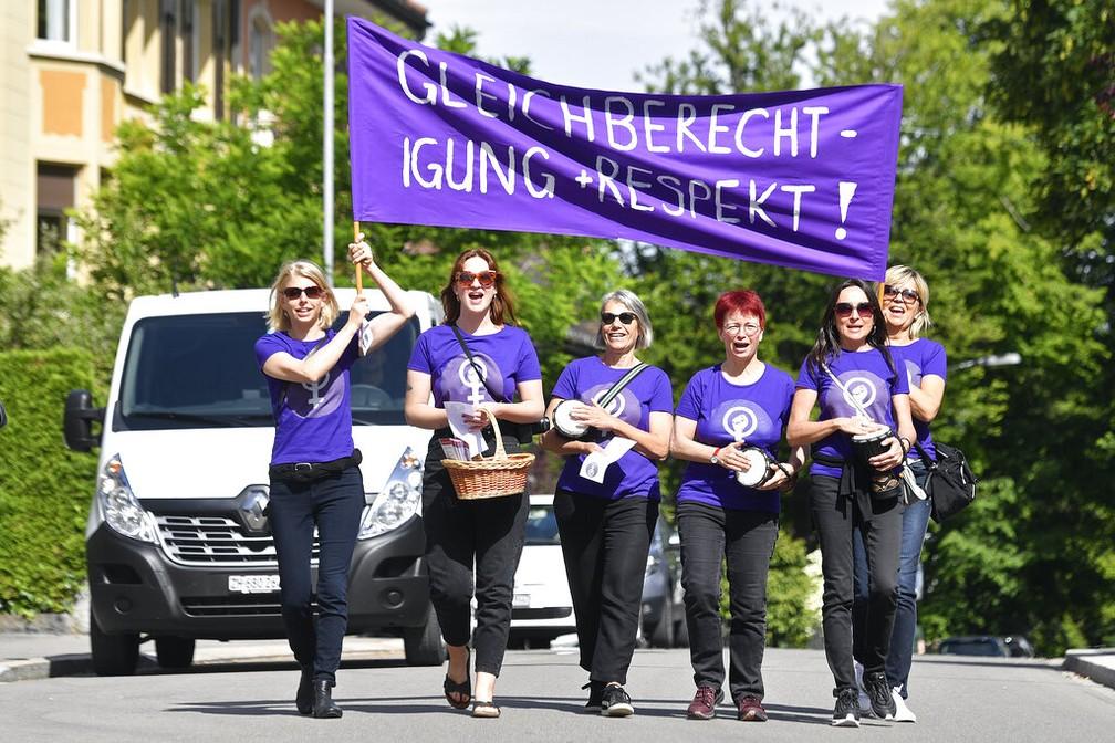 Professoras suíças em Zurique, durante protesto nacional de mulheres do país — Foto: Walter Bieri/AP