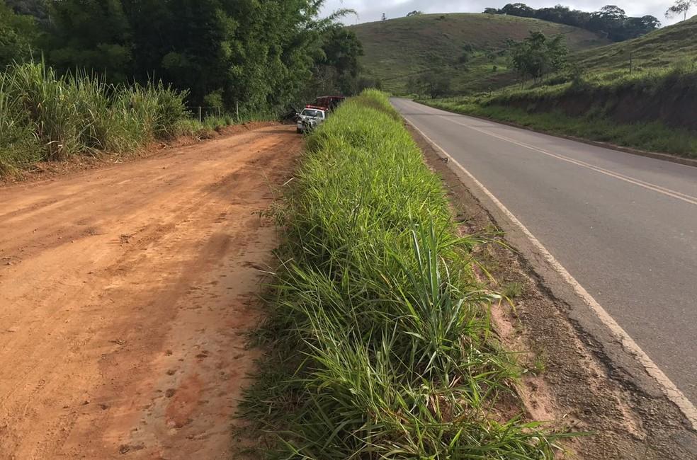 Motorista seguia na MG-329 quando perdeu o controle da direção e caiu na estrada de terra (Foto: Edson Simões / Arquivo Pessoal)