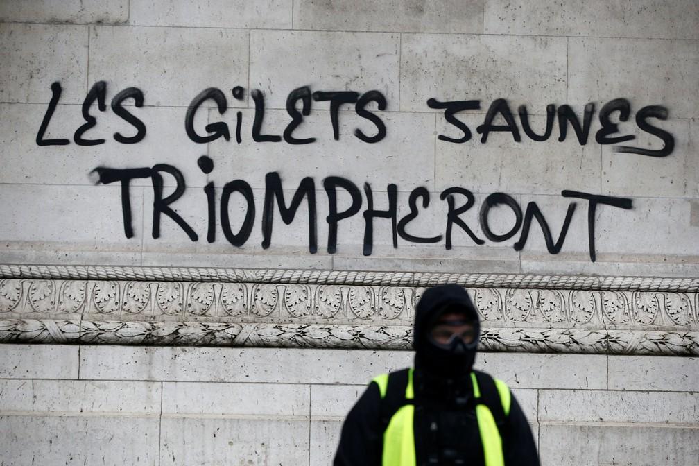 Pichação no Arco do Triunfo, em Paris, afirma 'Os coletes amarelos triunfarão' — Foto: Stephane Mahe/ Reuters